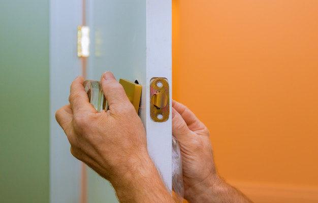 We Rank Homme Tout Faire Reparer Serrure Porte Dans Mains Du Travailleur Lors Installation Nouveau Casier 73110 6499